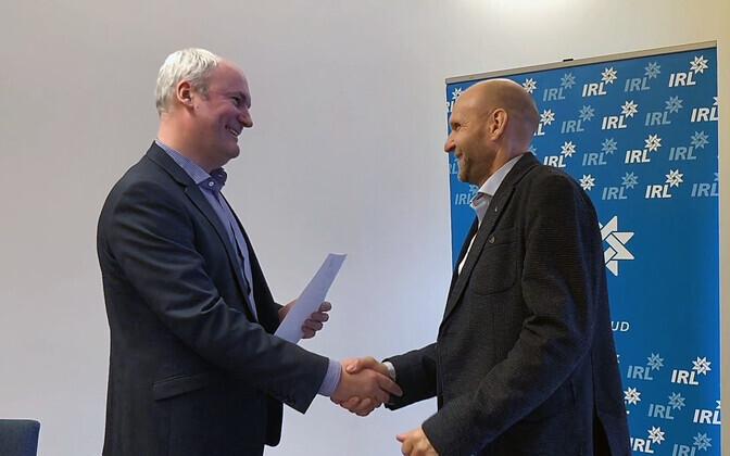 Mart Luik erakonnaga liitumise avaldust IRL-i juhile Helir-Valdor Seederile üle andmas.