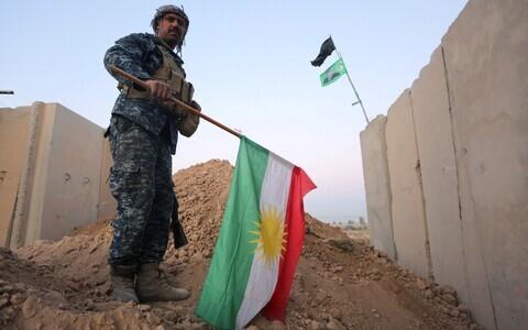 Iraagi valitsusvägede sõdur Kirkukis hoidmas käes maha võetud Kurdistani lippu.