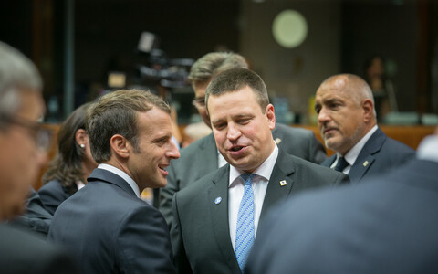 Ratas talking to French president Emmanuel Macron (left).
