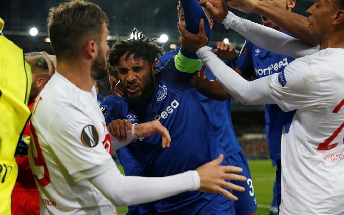 Euroopa liiga mängus Evertoni ja Lyoni vahel keesid tunded üle
