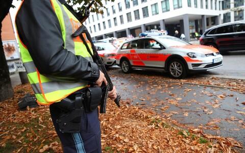 Полиция проводит операцию для поиска и задержания нападавшего.