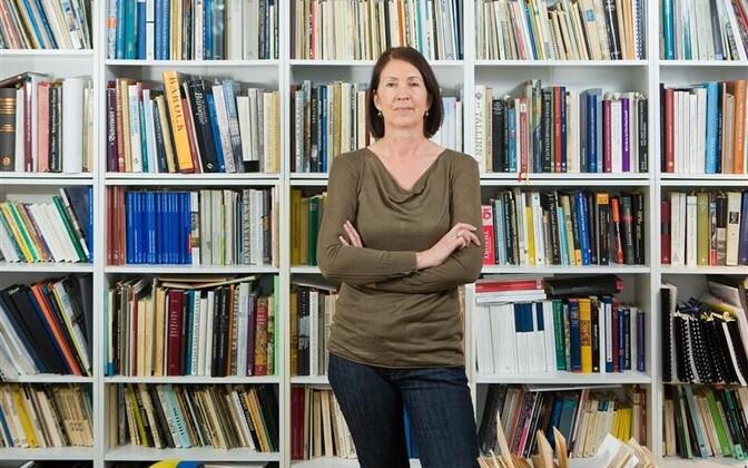 """Krista Kodres: """"Suundumus on eelistada kas praeguse aja või lähimineviku uurimisteemasid. Nüüdisaega on kergem uurida, sest pole vaja osata saksa keelt ja tunda paleograafiat, pole vaja ka nii palju lugeda, et end kauge ja võõra minevikuga kurssi viia."""""""