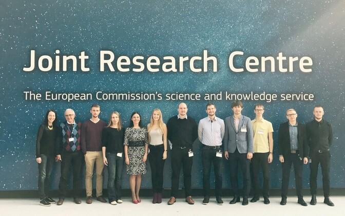 Eestlased Ispras: Eesti noored teadlased ja Maive Rute (vasakult viies) JRC külaliskeskuse ees.