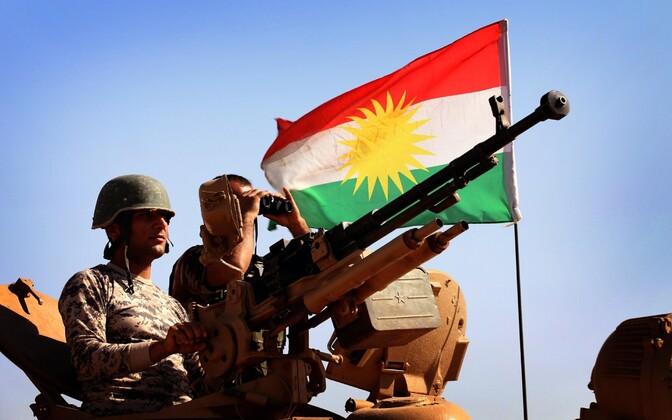 Peshmerga sõdurid ja Kurdistani lipp.