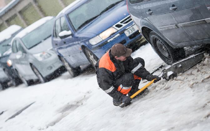 Осадки и переменчивая температура осложняют условия на дорогах.