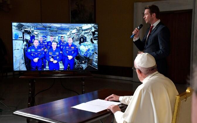 Экипаж МКС провел сеанс видеосвязи с отцом Римским Франциском