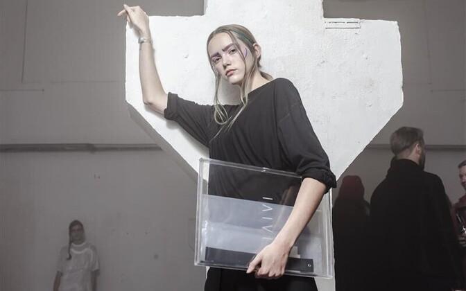 Moekunstnik Laivi Arsi projektiruumis toimunud üheõhtune performatiivne näitus meenutas Veneetsia biennaali tänavuse Kuldlõvi võitja Anne Imhofi esteetikat ja paistab meie turunõudmistele allunud moekunstist eredalt välja. Esiplaanil modell Elis Lisete (M