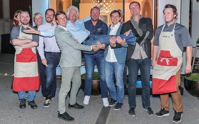Eesti ettevõtjad ja EAS-i esindajad koos Richard Bransoniga (kätel) poseerimas.