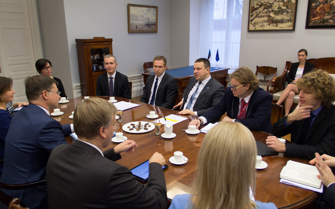 Vice-President of the European Commission Valdis Dombrovskis (left) met with Prime Minister Jüri Ratas (Center) in Tallinn on Monday. Oct. 30, 2017.
