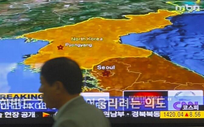 Põhjanaabrist rääkiv uudis Souli raudteejaama ekraanil.