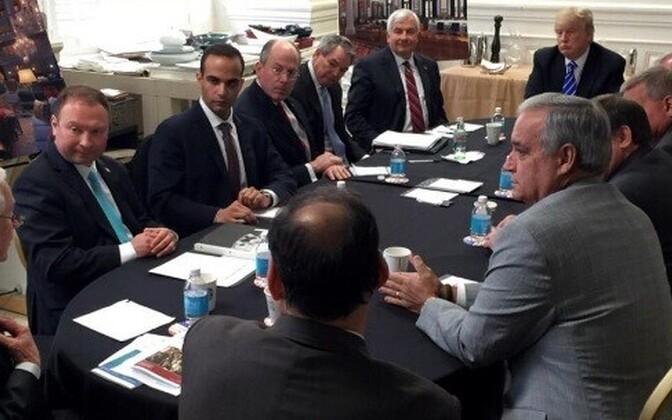 George Papadopoulos (vasakult kolmas) koos Trumpi ja tulevase justiitsministri Jeff Sessionsiga 2016. aasta 31. märtsil.