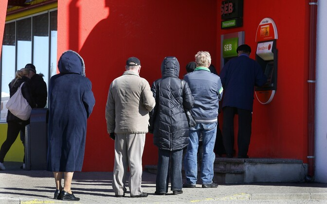 Pensionärid pangaautomaadi järjekorras.