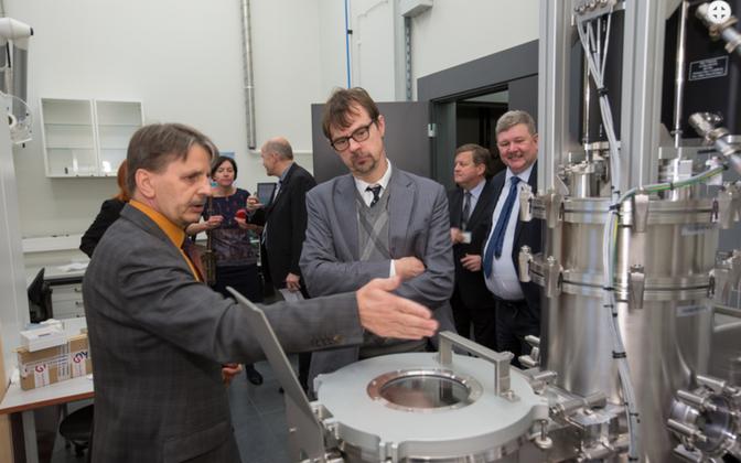 Tartu ülikooli anorgaanilise keemia professor Väino Sammelselg tutvustamas Physicumi seadmeid ja koostööd ettevõtetega.