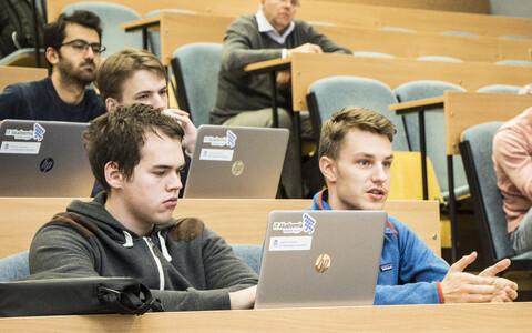 Üliõpilased tutvumas tööstusmagistrantuuri programmiga.