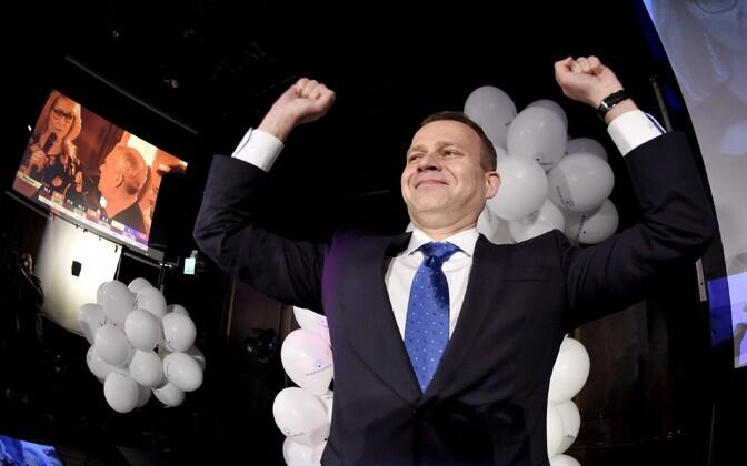 Koonderakonna juht Petteri Opro tähistamas aprillis head tulemust kohalikel valimistel.