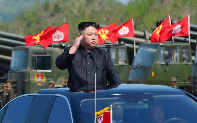 Põhja-Korea liider Kim Jong-un sõjaväeparaadil 25. aprillil.