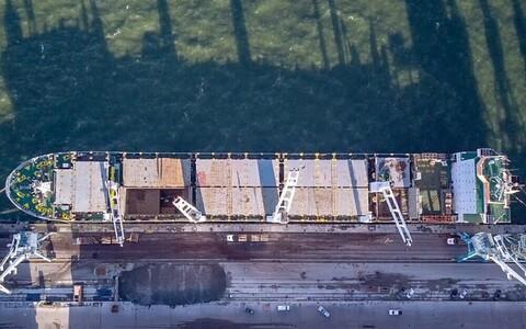 Погрузка древесины в порту Мууга.