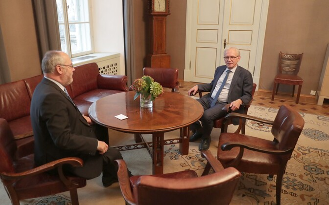 Auditor General Alar Karis submitted the National Audit Office's annual report to President of the Riigikogu Eiki Nestor on Monday. Nov. 6, 2017.