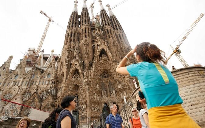 Turistid Barcelonas Sagrada Família kirikut vaatamas.