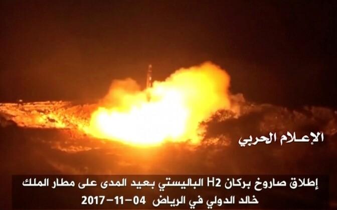 Kuvatõmmis Houthi mässuliste meedia avaldatud videost näitab väidetavalt raketi tulistamist Saudi Araabia lennujaama suunas.