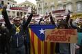 Протестующие в Каталонии перекрывают дороги.