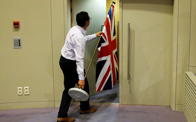 Suurbritannia lipu viimine Davise ja Barnier' pressikonverentsile.