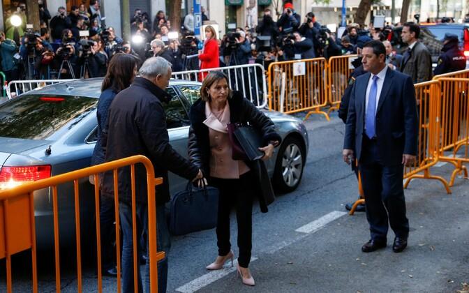 Laiali saadetud Kataloonia regionaalparlamendi spiiker Carme Forcadell 9. novembril Hispaania ülemkohtusse saabumas.