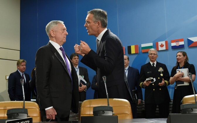 Министр обороны США Джеймс Мэттис (слева) и генсек НАТО Йенс Столтенберг.