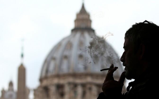 Ватикан запретит продажу сигарет