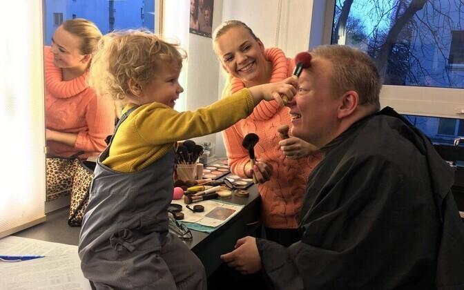 Tristan Priimägi tütrega ja meigikunstnik Anu Eber