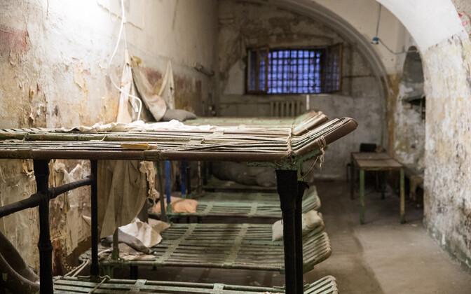 Юри Ратас осматривает Батарейную тюрьму.