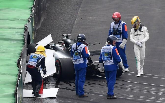 Lewis Hamilton (paremal) sõitis Brasiilia etapi kvalifikatsiooni avaringil seina.