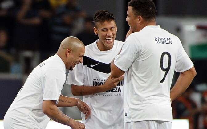 Roberto Carlos (vasakul) Neymari ja Ronaldoga