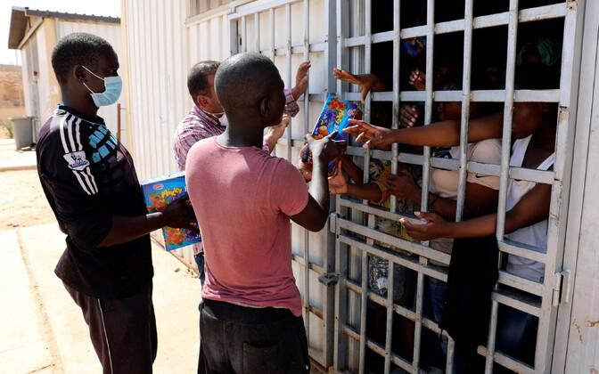 Toidu jagamine Liibüas Gharyani kinnipidamisasutuses.