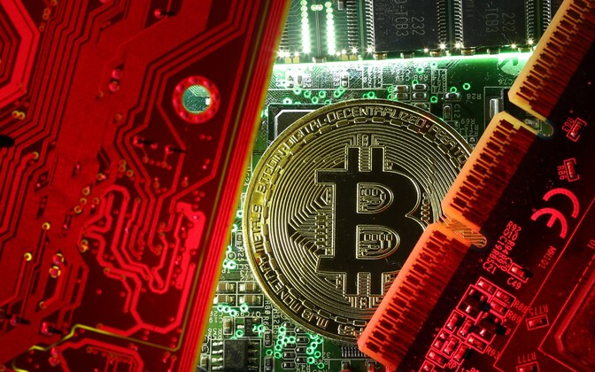 Bitcoini kujutis arvuti emaplaadi taustal.
