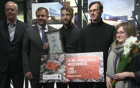 Võidutöö autorid koos Tallinna Kaubamaja esindajatega.