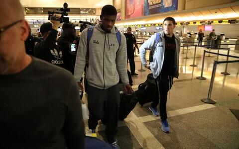 UCLA korvpallurid LiAngelo Ball (paremal) ja Cody Riley Los Angelese lennujaamas.