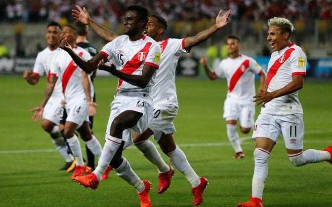 Peruu mängijad tähistamas.