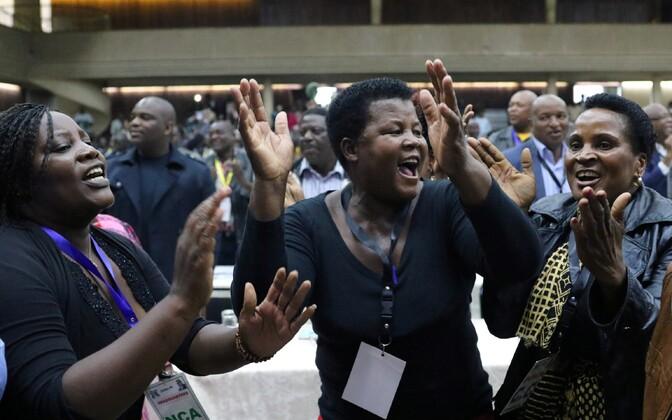 Zanu-PFi delegaadid tähistamas Mugabe tagandamist liidrikohalt.