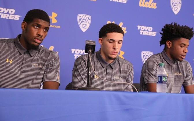 Skandaali sattunud UCLA korvpallurid Cody Riley, LiAngelo Ball ja Jalen Hill kolmapäevasel pressikonverentsil