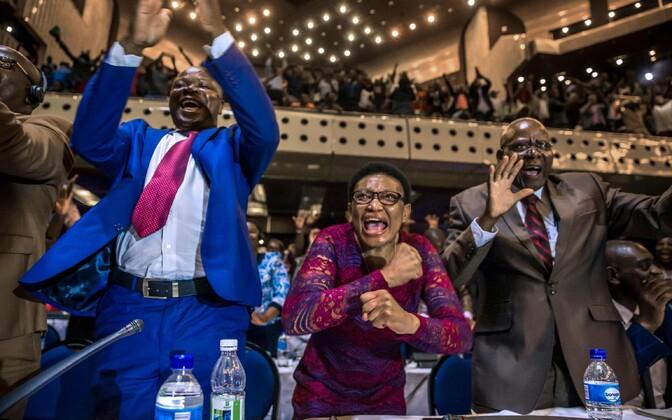 Zimbabwe parlamendisaadikud tähistamas president Robert Mugabe tagasiastumist.