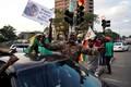 Inimesed tähistamas president Robert Mugabe tagasiastumist.