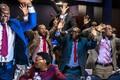 Parlamendisaadikud tähistamas president Robert Mugabe tagasiastumist.