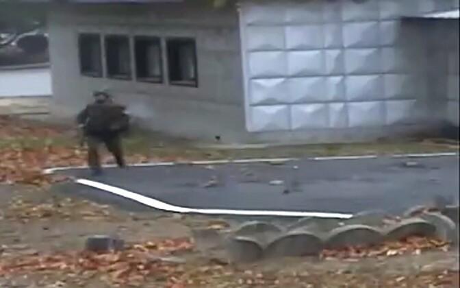 Kuvatõmmis videost, millel on näha Põhja-Korea sõduri põgenemine novembris.