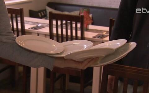 Люди с ограниченными возможностями смогли испытать себя в роли официанта и помощника повара