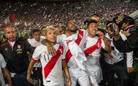 Peruu jalgpallikoondislased MM-ile pääsemise üle rõõmustamas.