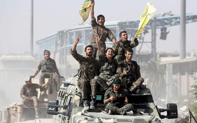 SDF-i võitlejad tähistamas 17. oktoobril Raqqa vallutamist ISIS-e käest.