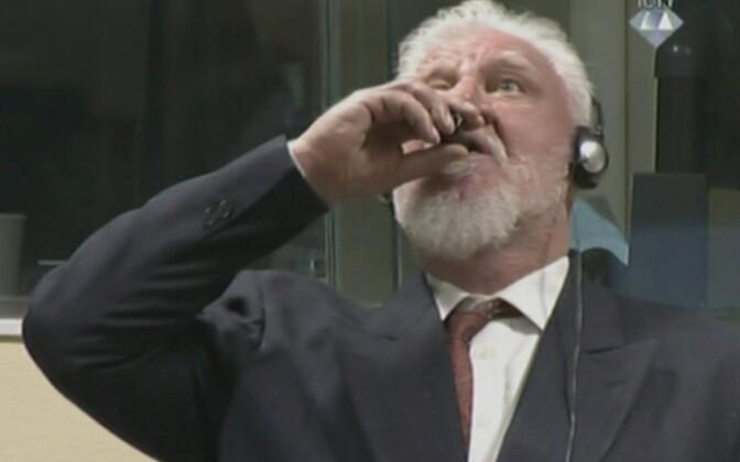 Slobodan Praljak Haagi kohtus mürki võtmas.