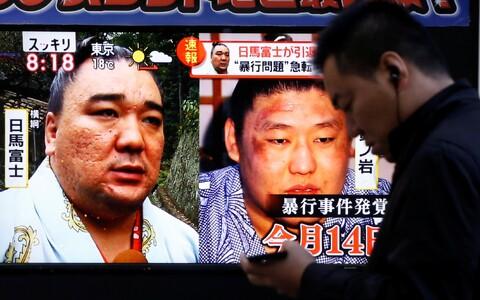 Väidetavalt oli Harumafuji ärrituse põhjuseks noorema sumoka keskendumine oma telefonile.