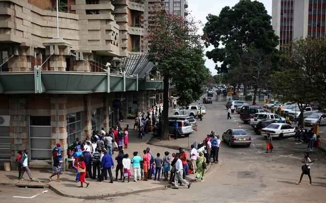 Inimesed Harares pangajärjekorras.